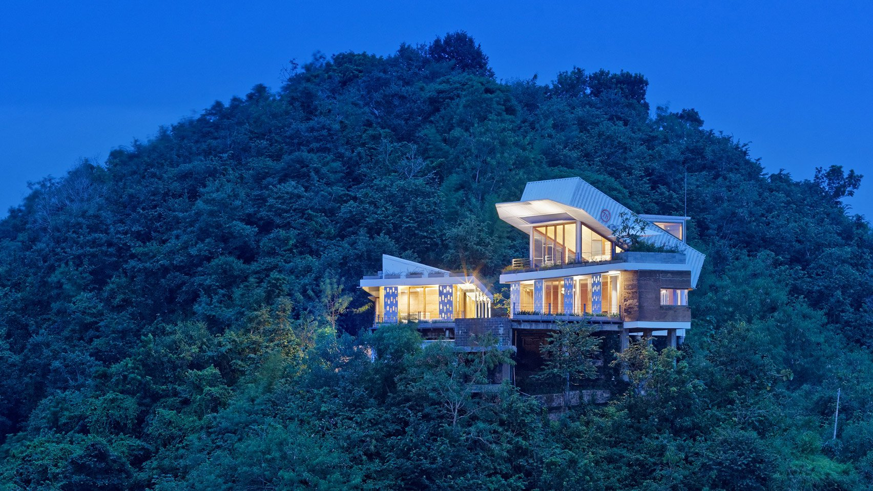 clay-house-budi-pradono-architects-architecture_dezeen_hero-1-1704x958.jpg