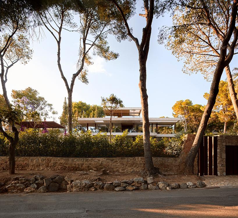 ramon-esteve-home-in-the-pine-forest-rocafort-valencia-designboom-02.jpg