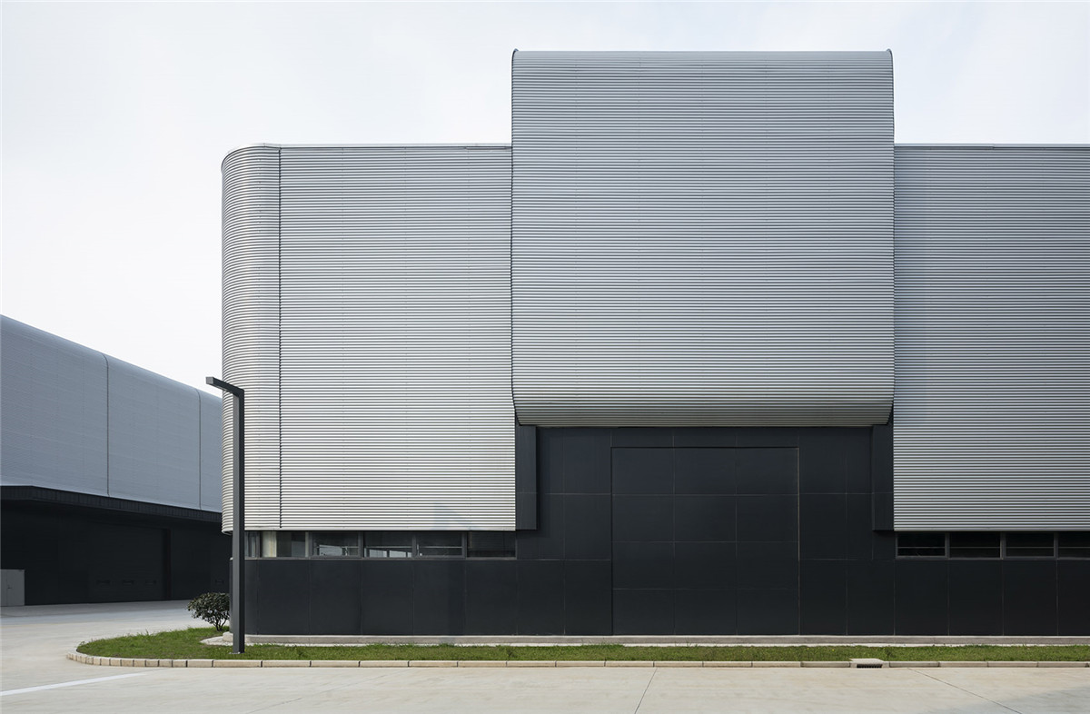 003-gmp-completes-the-facade-design-for-production-halls-in-Lingang-By-gmp.jpg