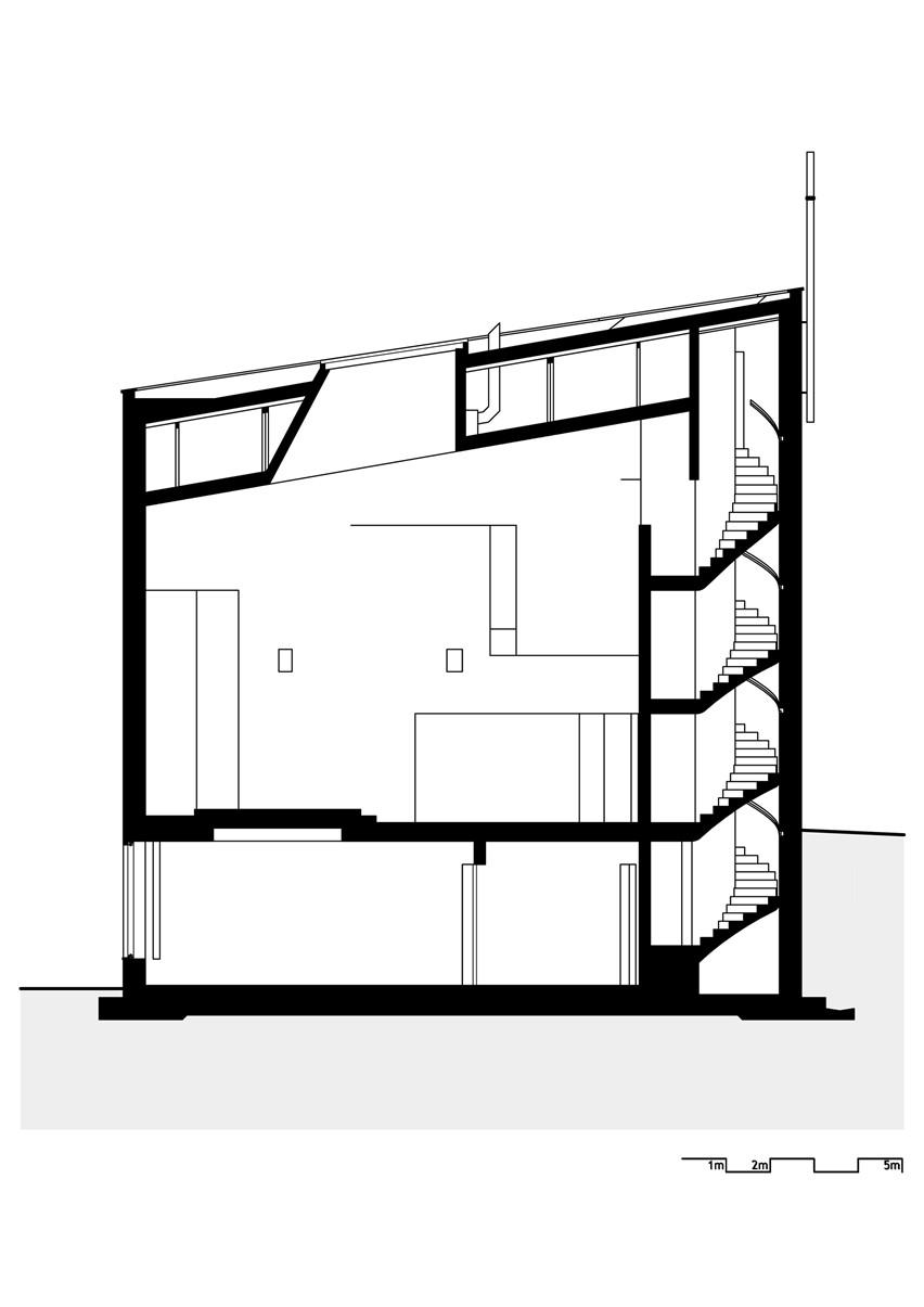 混凝土螺旋楼梯通往建筑的上层,面向祭坛.