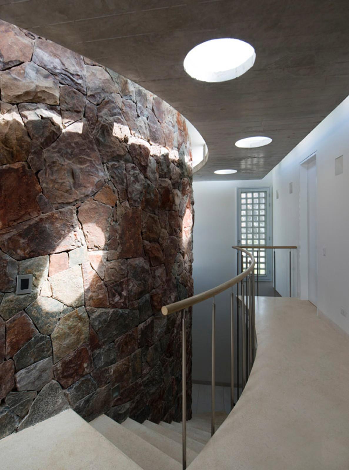 圆形建筑平面图_红山石墙上生长出的白色住宅:隆达海边度假别墅 | 建筑学院