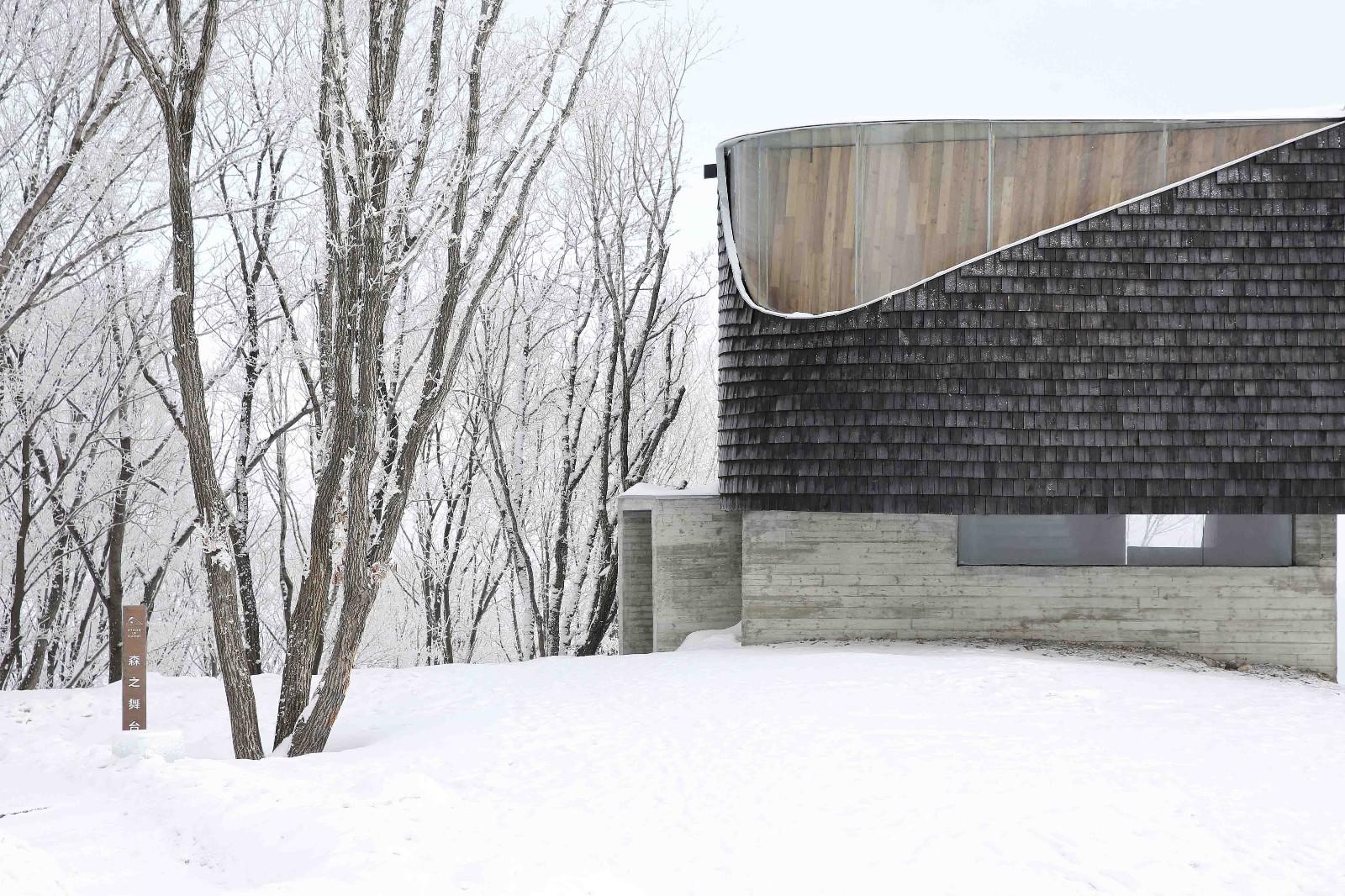 这一观景点的选址,基于对场地条件的全方位考量。建筑师希望尽量减少建筑对现有植被的影响,同时保证观景平台上视野的最佳角度,由此确定了基地位置和三角形舞台的基本形状。夏季,这里被浓郁的绿荫环绕;到冬季,粉雪覆盖一切,形成了一条绝佳的野雪道。森之舞台就从起伏的地景中缓缓升起,如漂浮在水面的一片树叶,悬挑于雪道之上。