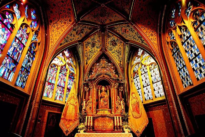 一切可朽之物皆会消逝,而永恒常在。 教堂正是朝向永恒的建筑。 圣经故事、中世纪手抄本、管风琴与巴赫的音乐、巴黎圣母院的钟楼怪人你可能已经对教堂产生了很多好奇。 但是当你走进一座教堂进行欣赏时,你也许仍然会感到有些不知所措 不同教堂的建筑风格可能相距甚远,一提教堂,我们想到的几乎都是瘦削冷峻、鱼骨般节节攀升的哥特外观与美丽的花窗。