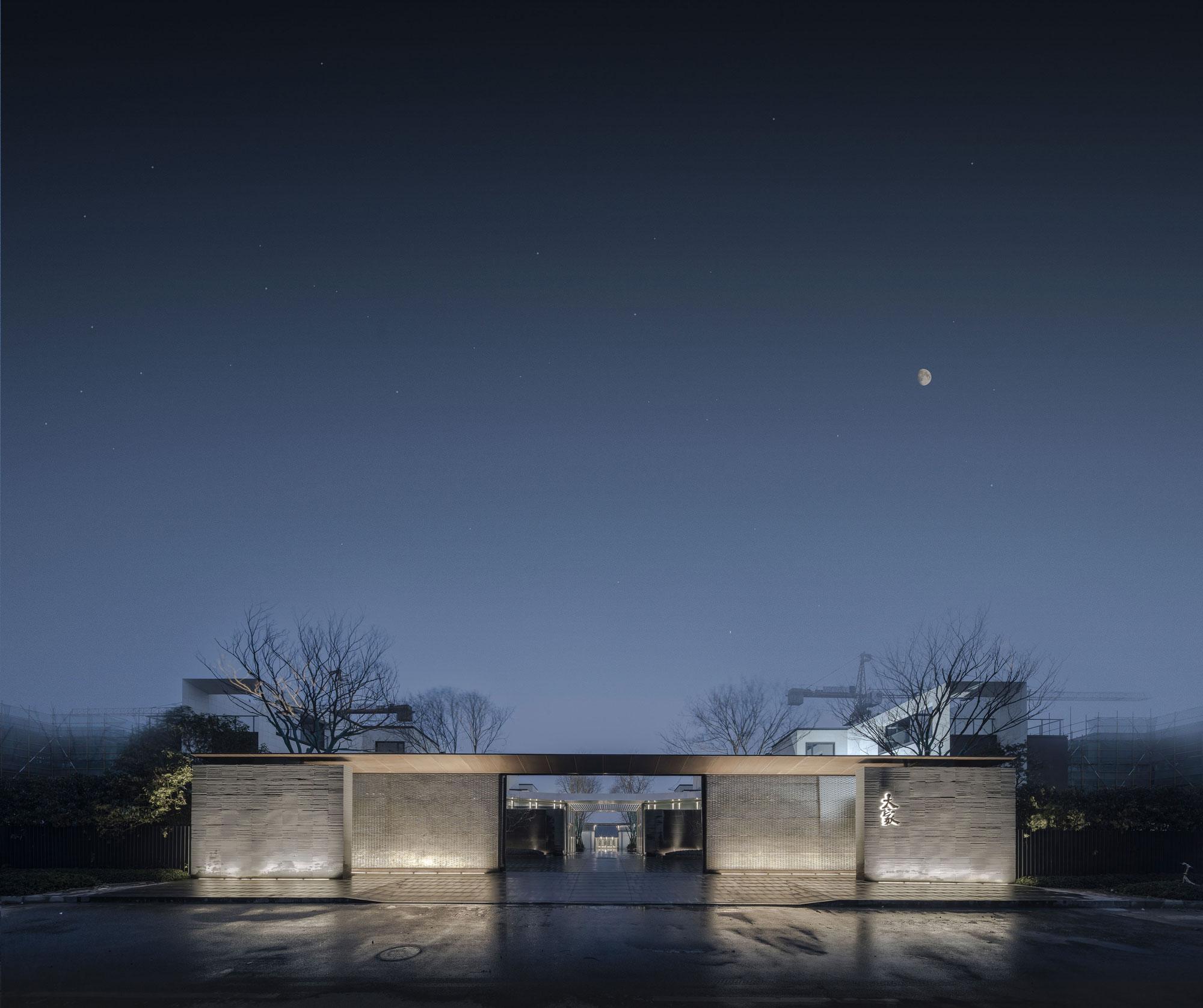 1.初入第一进庭院,仰观屋檐平远,远观庭院深深,此为屋宇高致之境,昼夜之间,光影拂舞.jpg