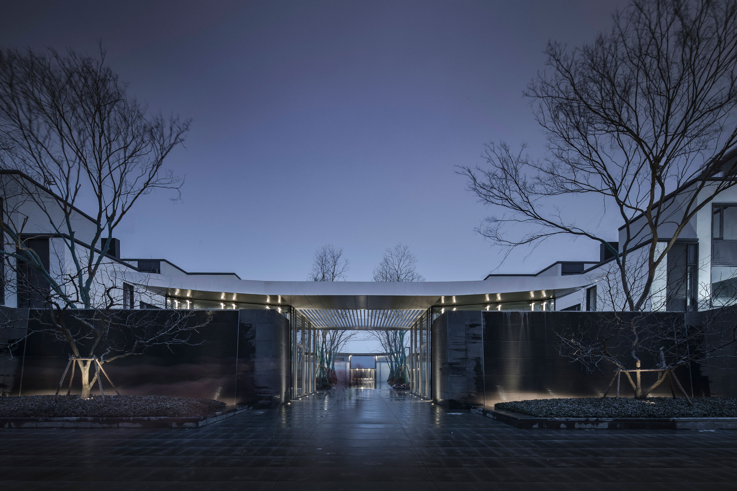 3.踏入第二进庭院,形式狭长,两侧游廊,院内水面向内无限延伸,空间给人一幽深之感,此为无界之境。.jpg