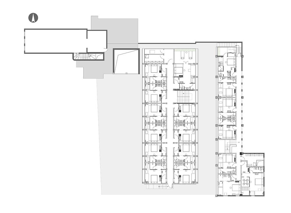 在我们的城市里有很多这样的街道,它们曾经兴盛,却日趋衰败。 《The Death and Life of great American cities /Jane Jacobs》  背景及原状 北京市东城区本司胡同始建于明朝,因明朝教坊司在此,故名。本司胡同75号,原为京纸集团分公司所在地,位于王府井+金宝街商圈,原两栋主建筑楼梯始建于1949年,原为造纸厂和办公楼。设计任务是将原有废弃空间改造为新型民宿酒店。  本司胡同改造前原状 而设计范围中的4座房屋,从1940年代到1980年代不等,在北京市胡同资