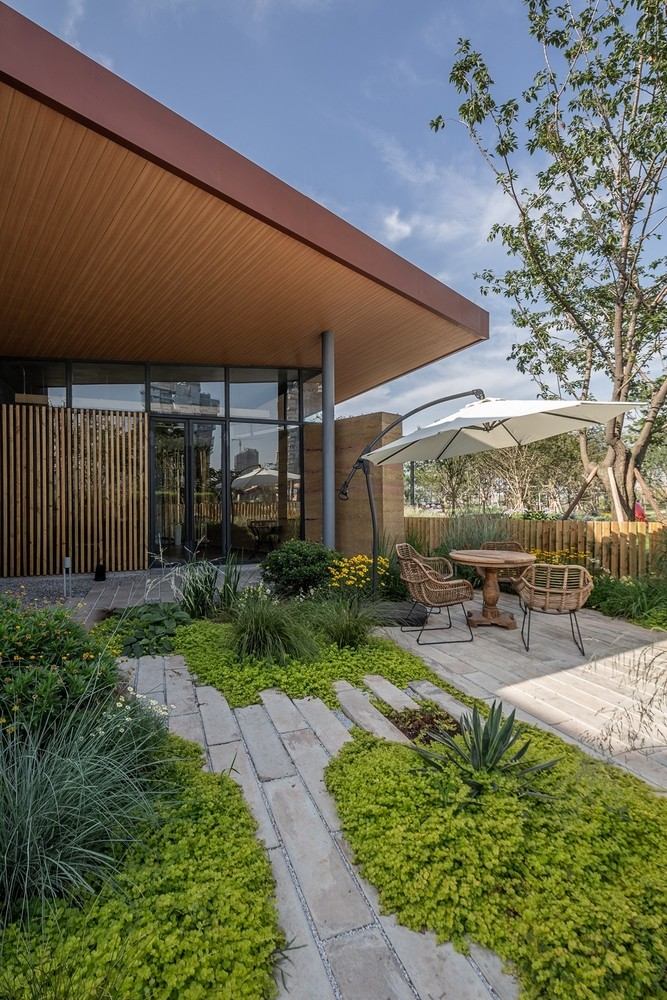 花房餐厅,位于成都麓湖生态城2400余亩湖域中央麓客岛,麓客岛作为城市级生态度假体验岛,分布有丰富多样的户外体验类项目,通过建筑的定制化设计, 创造了同样多样的空间体验, 这些具有一定实验性的景观建筑,成为了麓客岛上特殊的景观。   项目背景:一次绿建的尝试 作为第一届四川省绿色建筑-创意竞赛的选址,从2016年5月启动项目后,接收到来自全球110多支队伍共计350余名人员参赛,经过3个月的角逐,最终四川省建筑设计研究院获得一等奖。在项目筹建过程中,又因运营团队的改变及对应功能条件改变,再由万华产