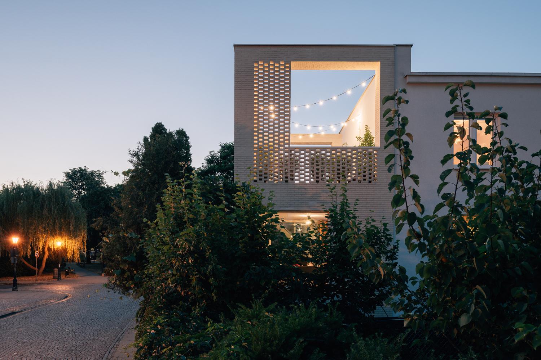 """邻里花园_用""""减法""""做出虚实结合的白房子/MFRMGR建筑师事务所   建筑学院"""