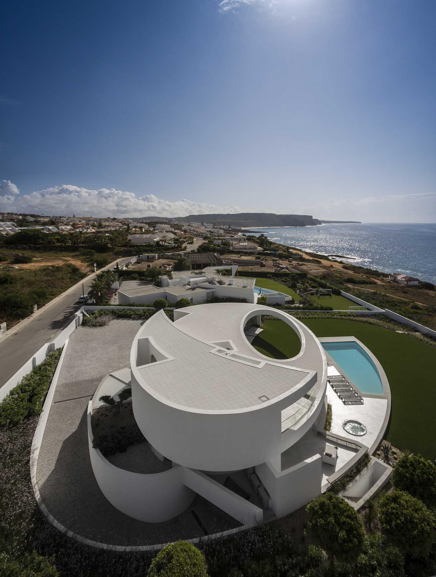 几何叠加大胆写意的白色雕塑——椭圆型住宅 | 建筑图片