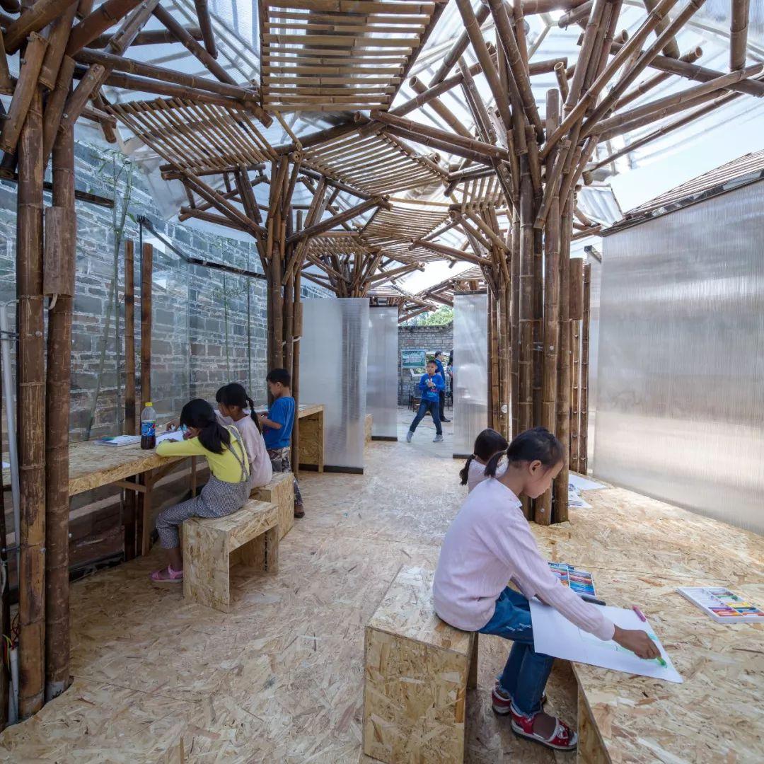 位于江西省万安县夏木塘村的儿童乡村书院,取名夏木塘竹莲之家。它的核心问题,就是用低技术低成本的建造,解决乡村留守儿童的活动看书需求。    夏木塘竹莲之家 实景照片 项目最初是个开放性命题,用地功能和使用对象一直都没有确定下来。后来,设计团队走访了近20位当地村民。从60多岁的奶奶到10岁的小朋友,从不同个体中观察到完全不同的的夏木塘。  受访村民:老袁,叶子纹,袁隆呈(从左往右) 和许多中国乡村类似,夏木塘也面临着空心化的风险,年轻人大多选择了在外务工,把家里的事情交给老人和小孩。目前全村一共有20个