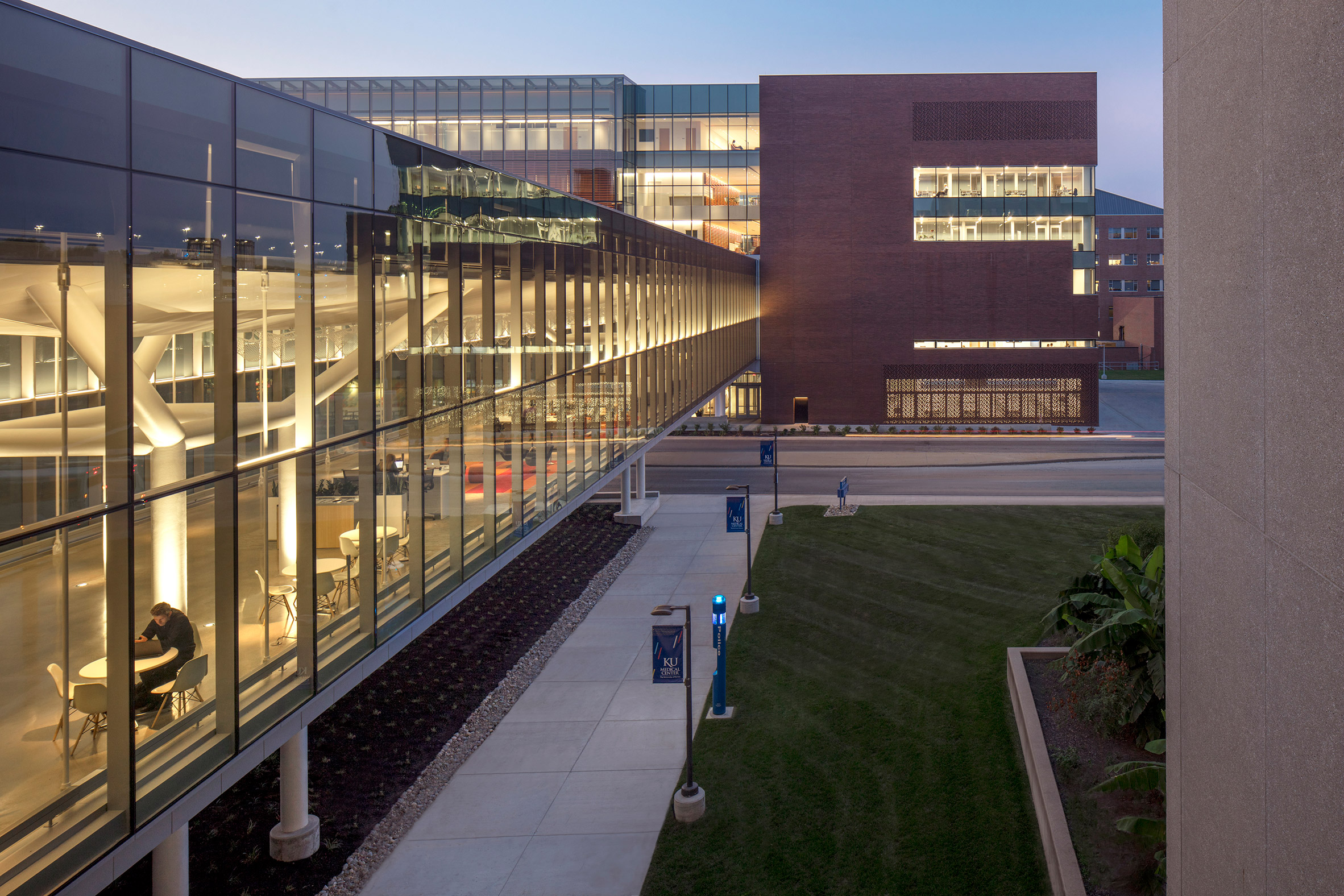 medical-center-university-of-kansas-co-architects-architecture-kansas-city-usa_dezeen_2364_col_6.jpg