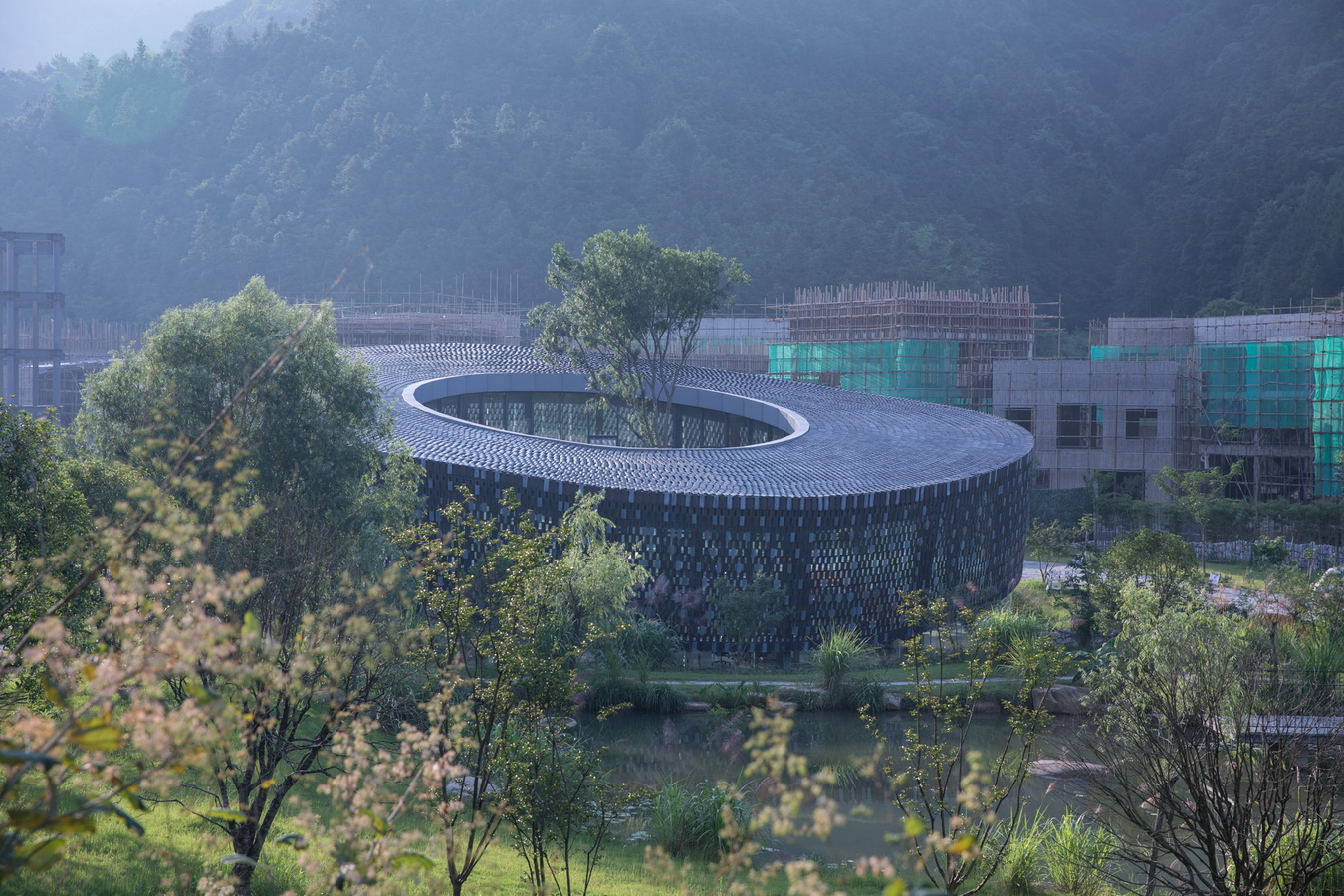 "调整大小 山水中安放的""匣钵""  The sagger-shaped building merging into the landscape.jpg"