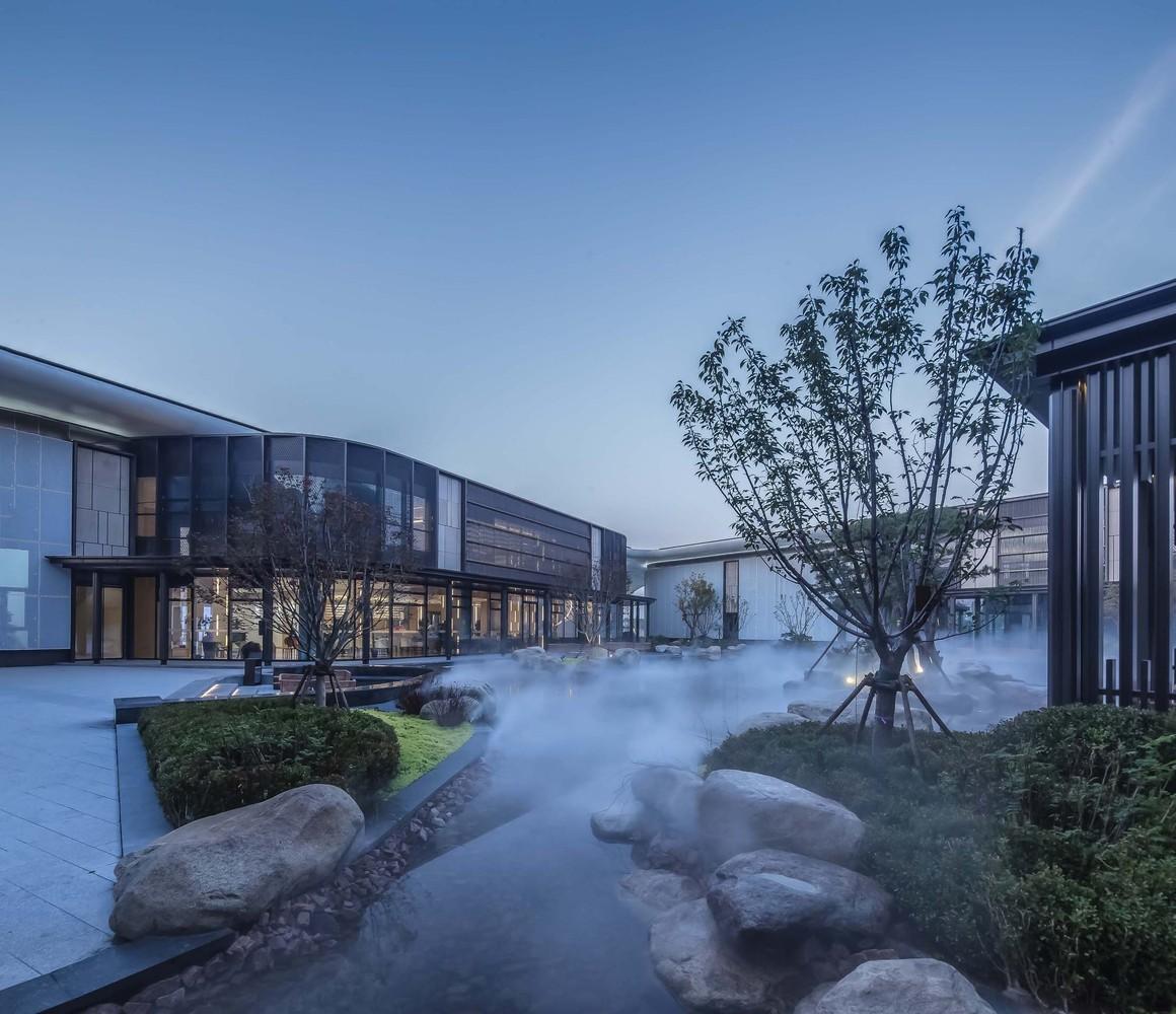 东侧设计了入口广场,以满足商业使用的多种需求;围合的的内庭院则提供