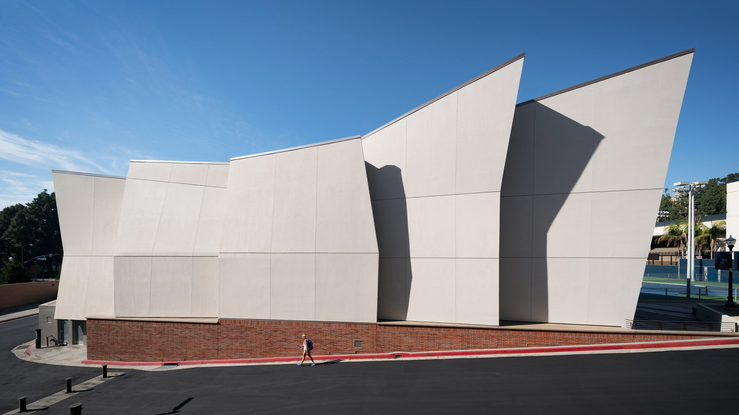 调整大小 ucla-basketball-facility-kevin-daly-architects-architecture-los-angeles-california-usa_dezeen_2364_hero.jpg