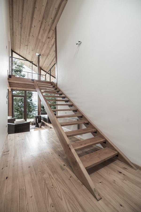 整体建构构造为木结构,有2x4的柱子和2x8的梁.