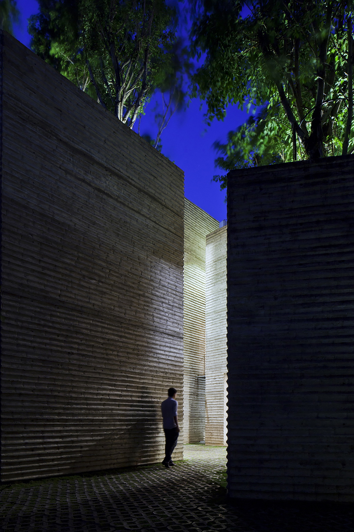 调整大小 8_13_night_wall_detail.jpg