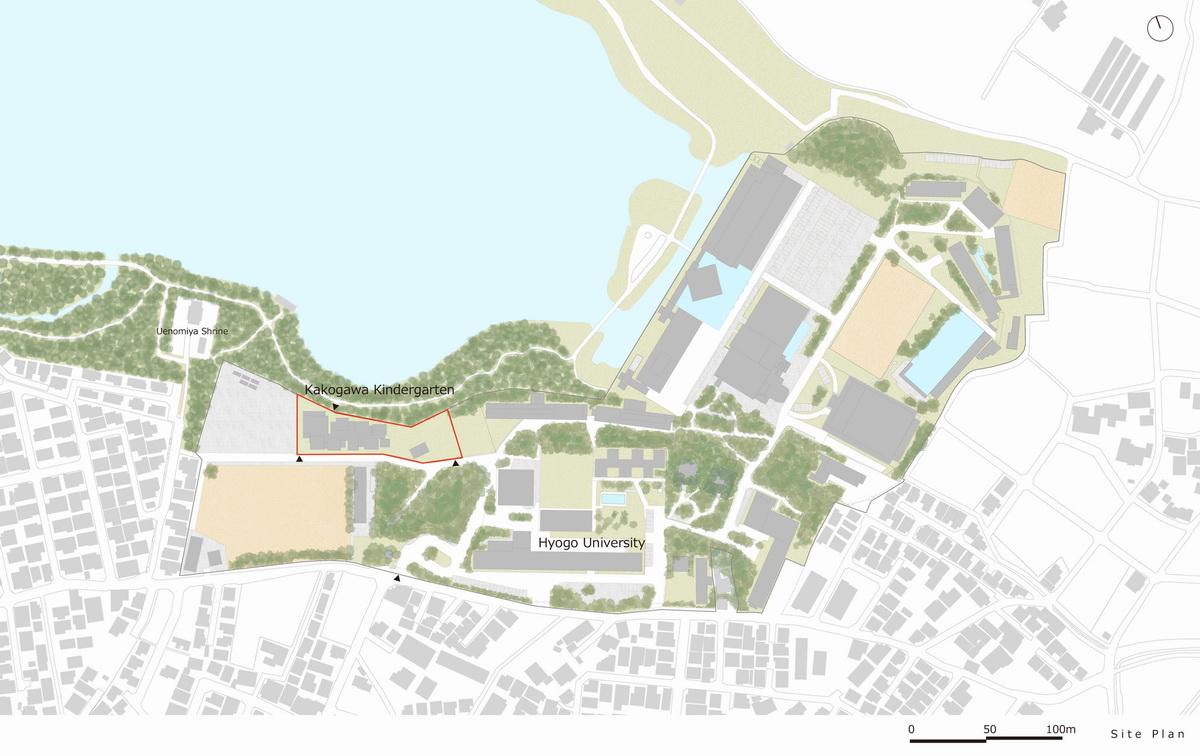 彩色连廊穿插于白色体量间的湖畔森林幼儿园 / 竹中店图片