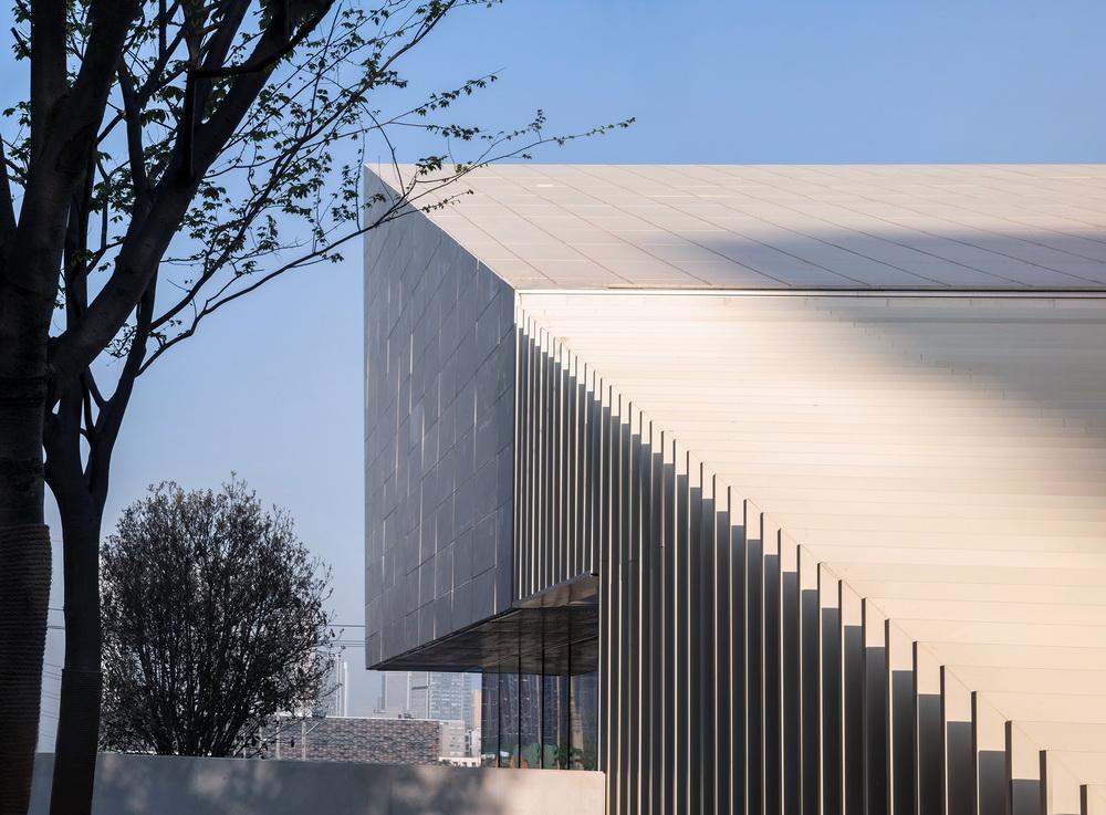 调整大小 29.采用仿石铝板的屋面实景 .是然建筑摄影.jpg