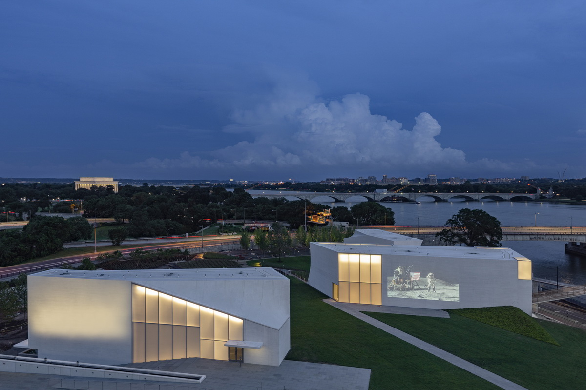 f1_REACH_Campus_with_Video_Wall_from_Terrace_at_Dusk_Photo_by_Richard_Barnes_projection_enlarged.jpg