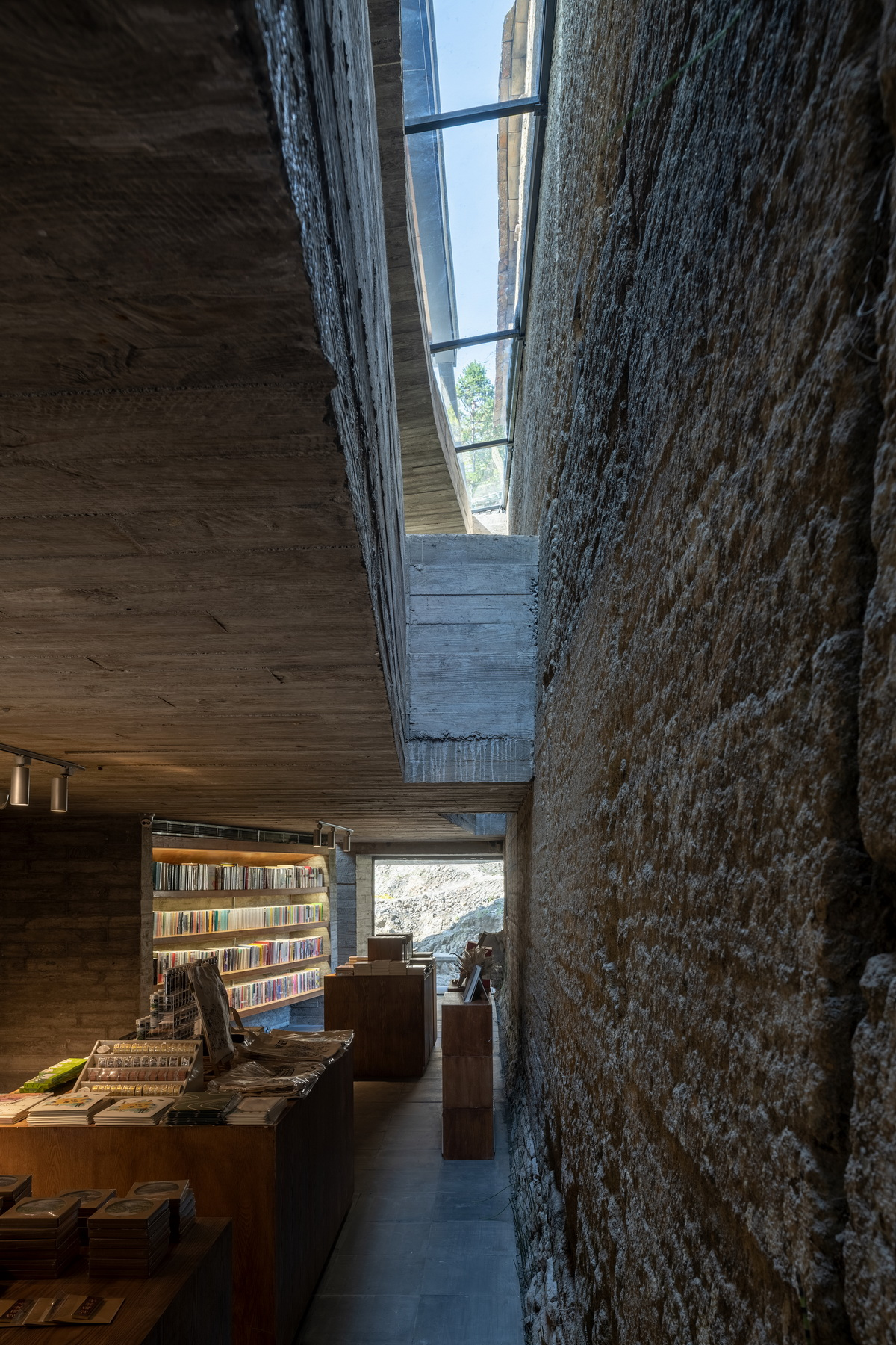 调整大小 24 楼板与夯土墙之间的缝隙 .陈颢  Gap between the concrete slab and the rammed earth wall .CHEN Hao.jpg
