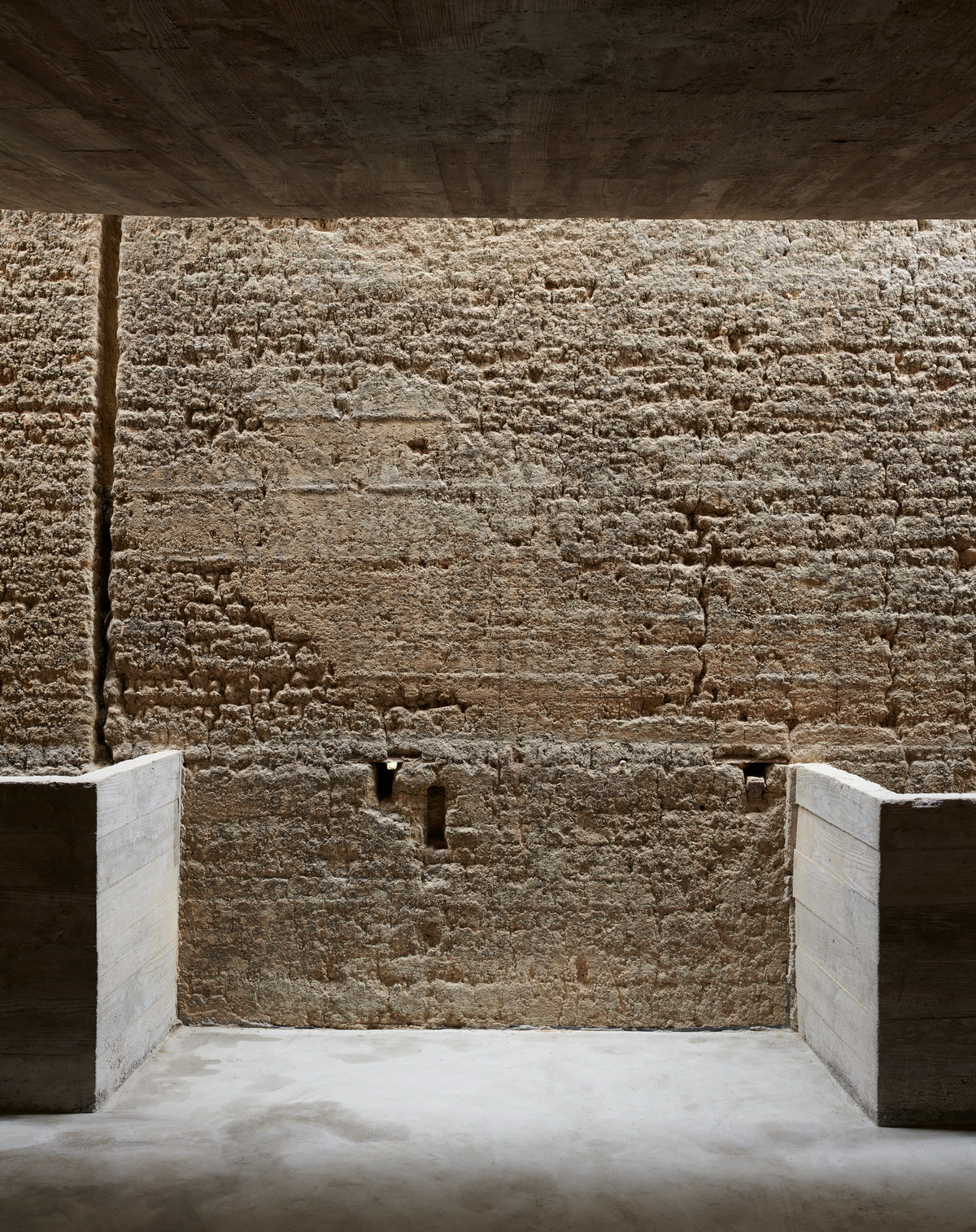 调整大小 22 光影下的夯土墙 .陈颢 Rammed earth wall under the light and shadow .CHEN Hao.jpg