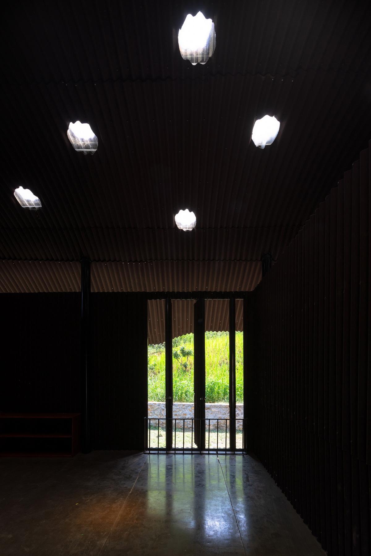 成方圆的孩子_波浪般屋顶下的自由乐园:越南Bó Mon幼儿园 / Kientruc O A3 | 建筑学院